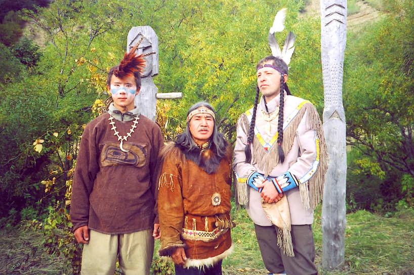 «Три индейца на берегу реки Ковран» — ительмены в костюмах, подаренных родственным племенем индейцев из Канады