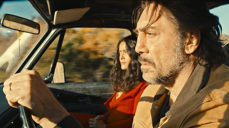 Творческий дуэт Хавьера Бардема и Сальмы Хайек — максимум эмоций при минимуме слов (кадр из фильма «Неизбранные дороги», 2020 год)