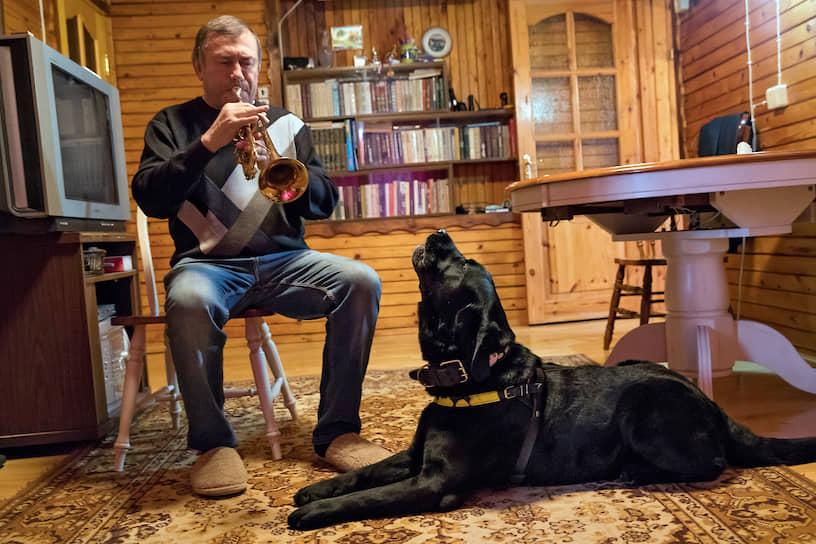 Когда хозяин играет на трубе, Милорд всегда подпевает