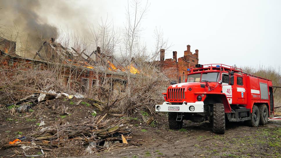 А вот две другие постройки уникального ансамбля было некому изолировать от поджигателей и вандалов, которые растаскивают их на стройматериалы