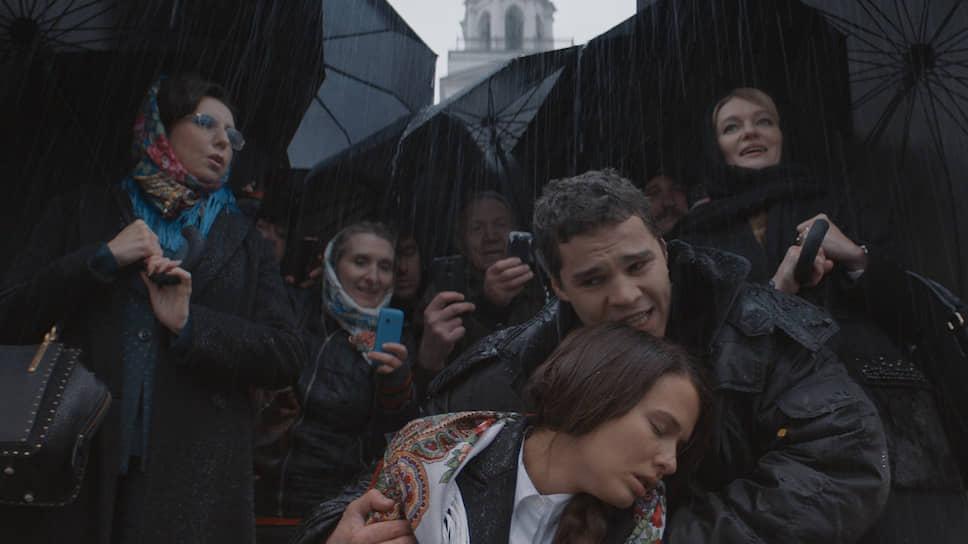 Уверенность Кабанихи (Виктория Толстоганова, справа) в собственной правоте не может поколебать даже гибель Катерины (кадр из фильма «Гроза»)