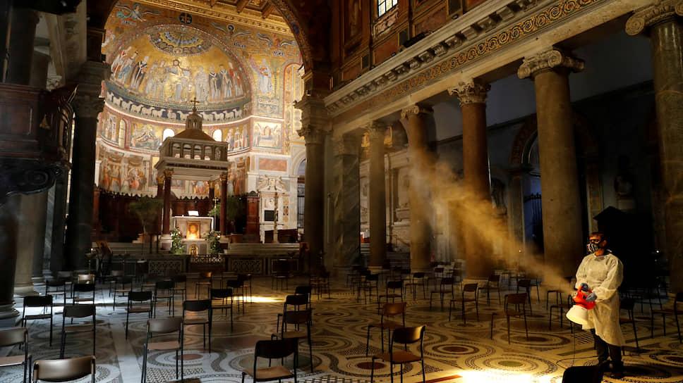Дезинфекция Санта-Мария-ин-Трастевере, старейшего храма в Риме, посвященного Богородице