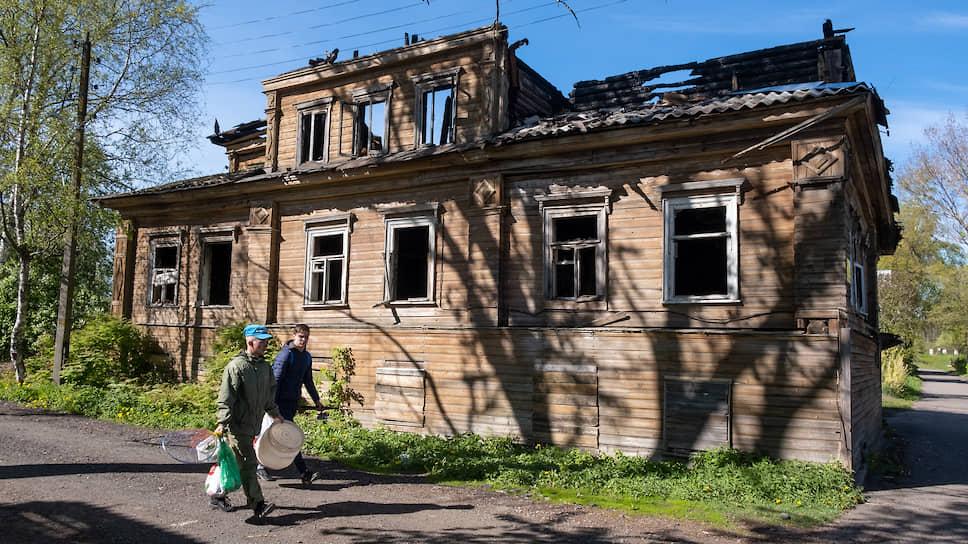 То, что осталось после пожара от памятника деревянной архитектуры, дома Ж.Ф. Протодьяконовой