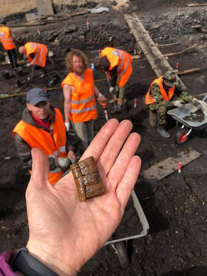 Нынешний археологический сезон в Новгороде оказался удачным: ученые обнаружили новые берестяные грамоты, написанные сотни лет назад
