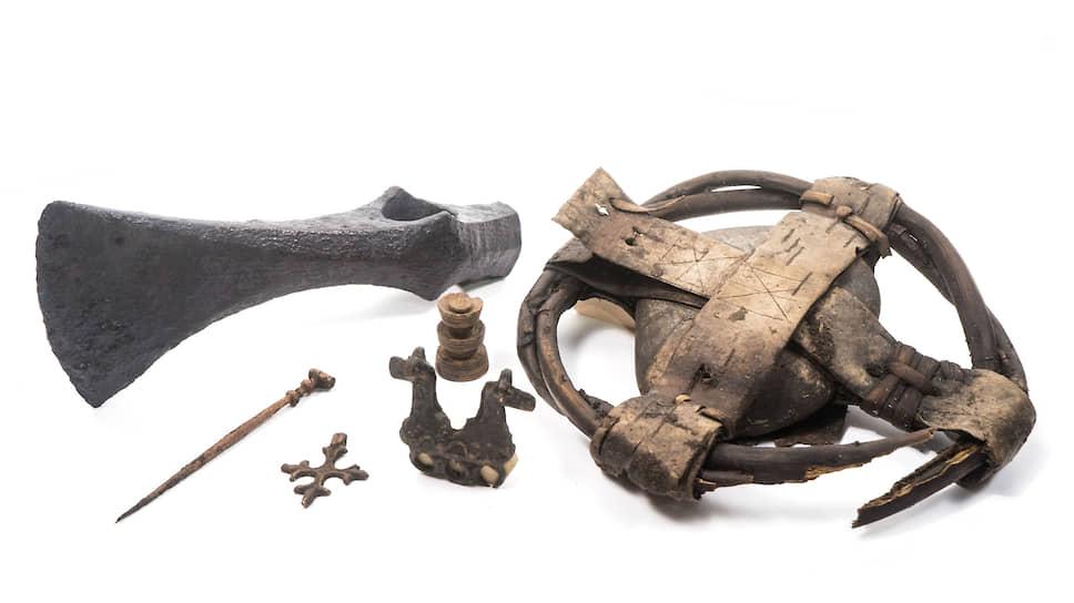 Боевой топор, шахматные фигуры, печать посадника Федора Даниловича и другие найденные предметы относятся примерно к XV веку