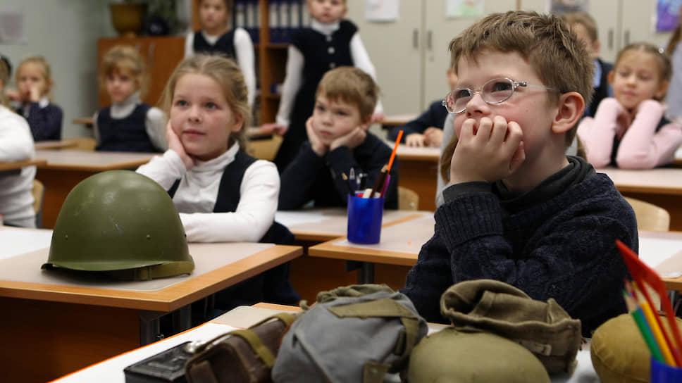 Каска и солдатская фляжка производят впечатление только в младшей школе и один раз. А как будут учить патриотизму старших ребят?