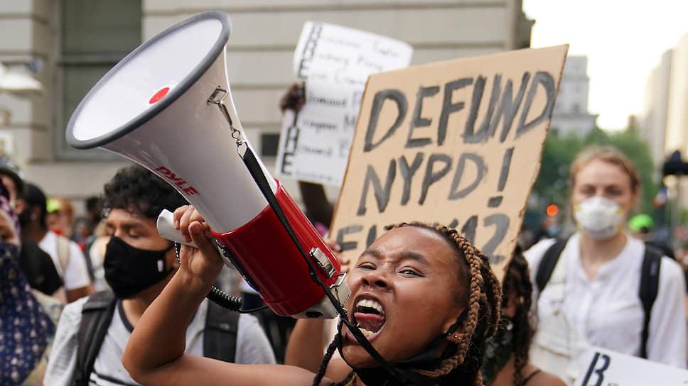 Нью-Йорк, Манхэттен: протестующие требуют лишить полицию финансирования