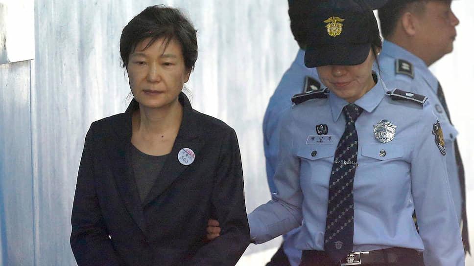 Быть главой государства в сегодняшней Корее — перспектива печальная: едва ли не каждого после смены ждет незавидная участь. А некоторых злой рок настигает и на «рабочем месте», как, например, госпожу Пак Кын Хе, которая после импичмента и в соответствии с вынесенным приговором должна провести в тюрьме 33 года