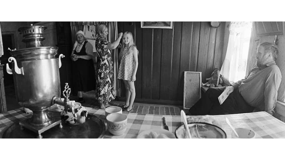 Писатель Василий Белов (справа) в своем доме в деревне Тимонихе. 1977 год. Здесь давно хотят открыть музей