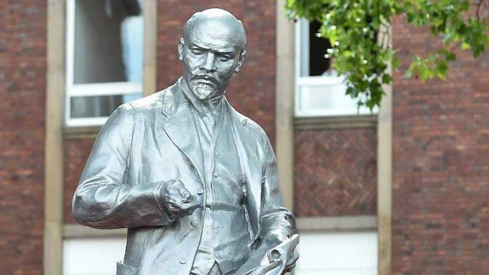 Где-то монументы Ленину сносят, а вот в Германии — ставят. В городе Гельзенкирхене, расположенном в центре Рура, Ильич высотой в два с лишним метра стоит теперь перед ЦК Марксистско-ленинской партии Германии