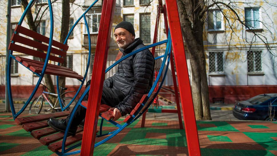 В 1969 году окончил физический факультет МГУ, кафедра биофизики. С 1989 года работал заведующим лабораторией Гематологического научного центра в Москве
