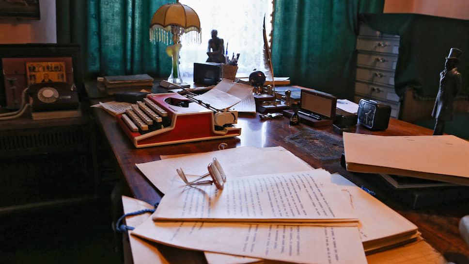 Рукопись пьесы, сожженная Василием Беловым, оставила след на его рабочем столе