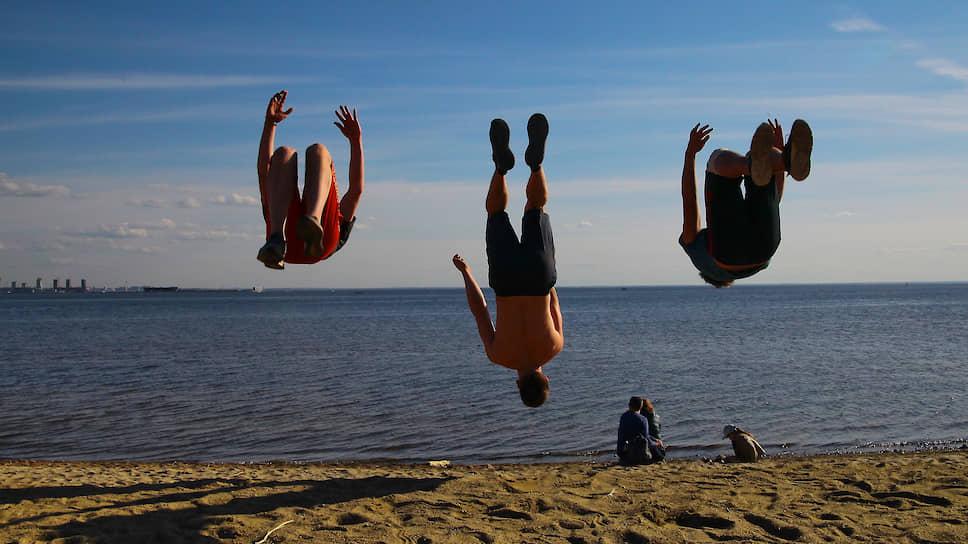 Даже короткая прогулка по пляжу заметно улучшает настроение и повышает жизненныи? тонус