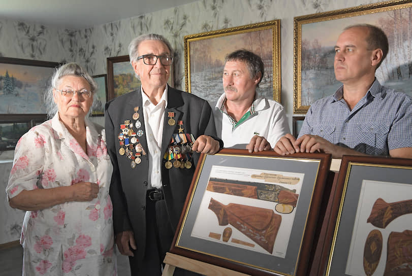 Мастер (второй слева), его жена Лия Шариповна и сыновья — продолжатели дела: рядом с отцом старший Сергей, крайний справа — Александр
