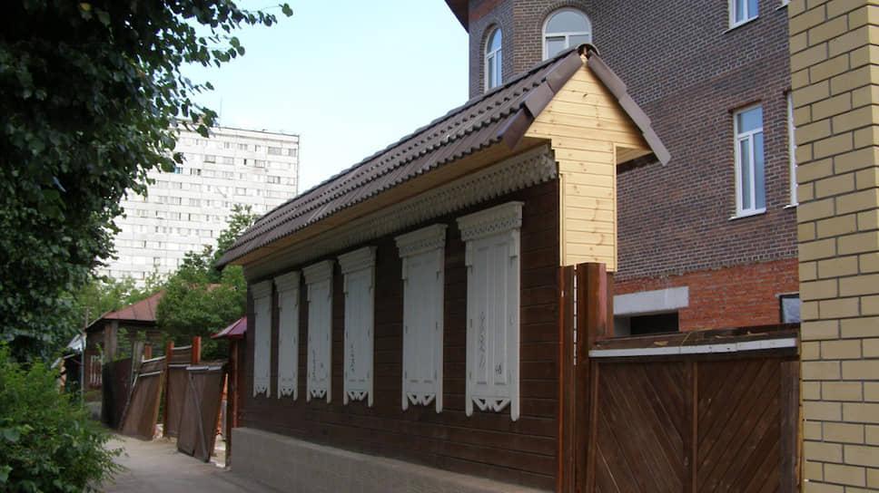 Дом, где жил Константин Циолковский в Рязани, сегодня имитирует стена с фальшивыми окнами. За ней уютно устроился особняк