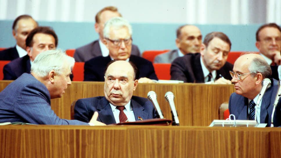 Члены политбюро: Егор Лигачев, Александр Яковлев и генеральный секретарь ЦК КПСС Михаил Горбачев. На публике они казались соратниками, но после марта 1988-го в руководстве страны произошел открытый раскол