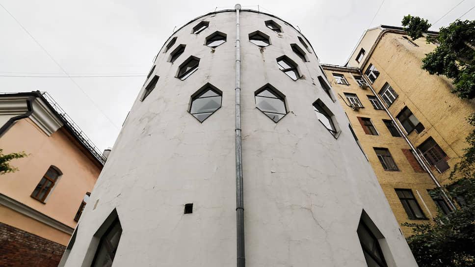 Шестиугольные окна — характерная особенность Дома Мельникова. На стенах цилиндров видны и следы тех окон, которые были заложены