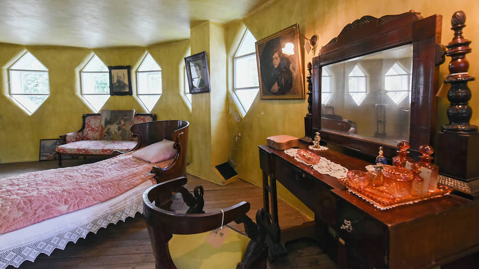 У Мельникова в Доме была не спальня, а «лаборатория сна». Исследователи сейчас пытаются разгадать загадку золотого цвета стен и потолка, выяснить, чем все-таки был покрыт пол