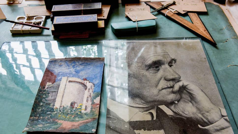 Константин Мельников очень любил свой Дом, его улучшал, менял внутреннюю планировку и постоянно рисовал, писал. Один из этюдов на рабочем столе мастера