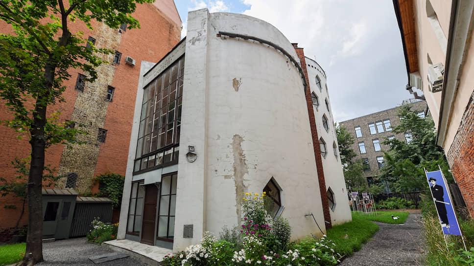 Недавно вокруг Дома разбили сад, сделано это точно по чертежам самого Мельникова, посажены такие же растения, как те, что были у архитектора 90 лет назад