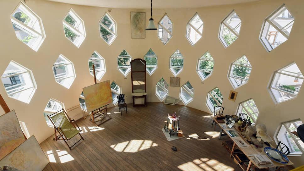 Архитектор устроил себе студию на третьем этаже дома. Тут окна-шестиугольники в три ряда от пола до потолка