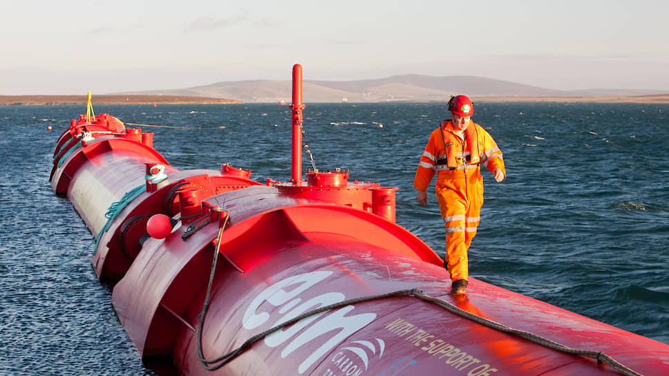 Так выглядит генератор волновой энергии Pelamis P2 на пристани в Линессе (остров Хой, Великобритания)