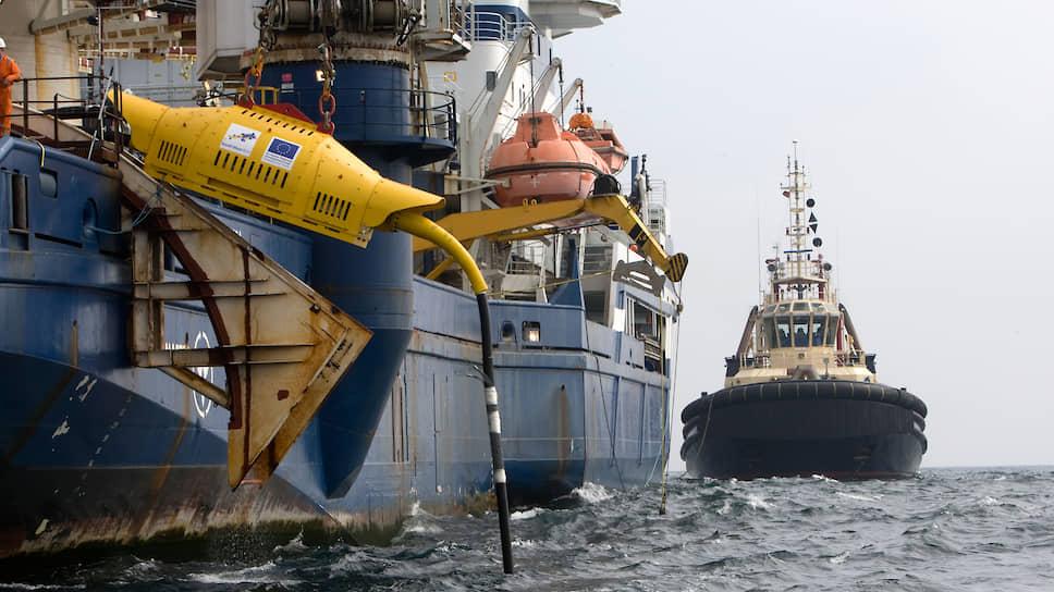 Великобритания остается одним из лидеров добычи энергии моря. На фото: в воду опускается одна из частей волновой электростанции недалеко от города Хейл (Корнуолл)