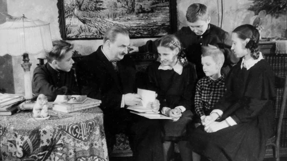 Писатель Виталий Бианки читает свои произведения пионерам-юннатам из зоокружка, которые пришли к нему в гости