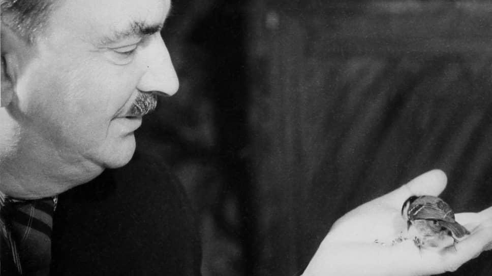 Писатель Виталий Бианки с любимой синичкой Тинь-тинь. Опубликовано в «Огоньке» № 11 за 1954 год