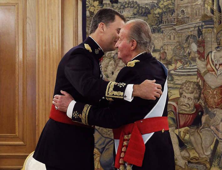 2014 год. Уходящий король Хуан Карлос только что передал пояс генерал-капитана вооруженных сил своему сыну и новому королю Испании Филиппу VI во дворце СарсуэлаФото: Reuters