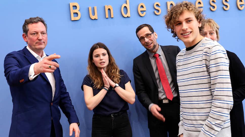 20-летний Якоб Блазель (на фото справа) пришел в политику из команды поддержки Греты Тунберг. Теперь он намерен шагнуть в депутаты Бундестага