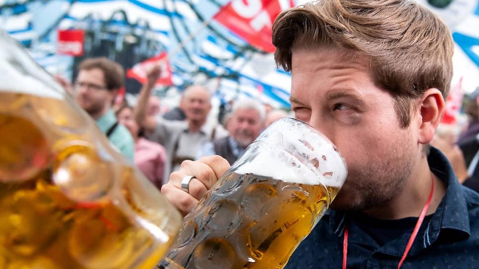 Лидер молодых социалистов Кевин Кюнерт университетов не кончал, зато отлично знает, где искать избирателя. На фото — на пивном фестивале Gillamoos в Нижней Баварии