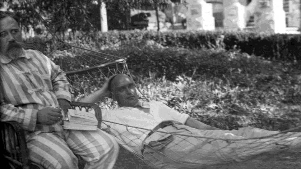 Январь 1926 года. Председатель ВСНХ СССР Валериан Куйбышев (справа) и председатель научно-технического управления ВСНХ СССР Лев Каменев (слева) на «лечебно-оздоровительном спецобъекте»