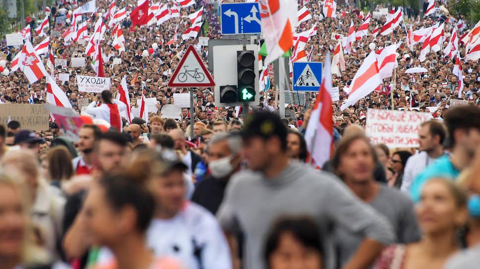 Белорусские картинки сегодня разные. На этом фото — протесты в Минске (снимок сделан 6 сентября)…