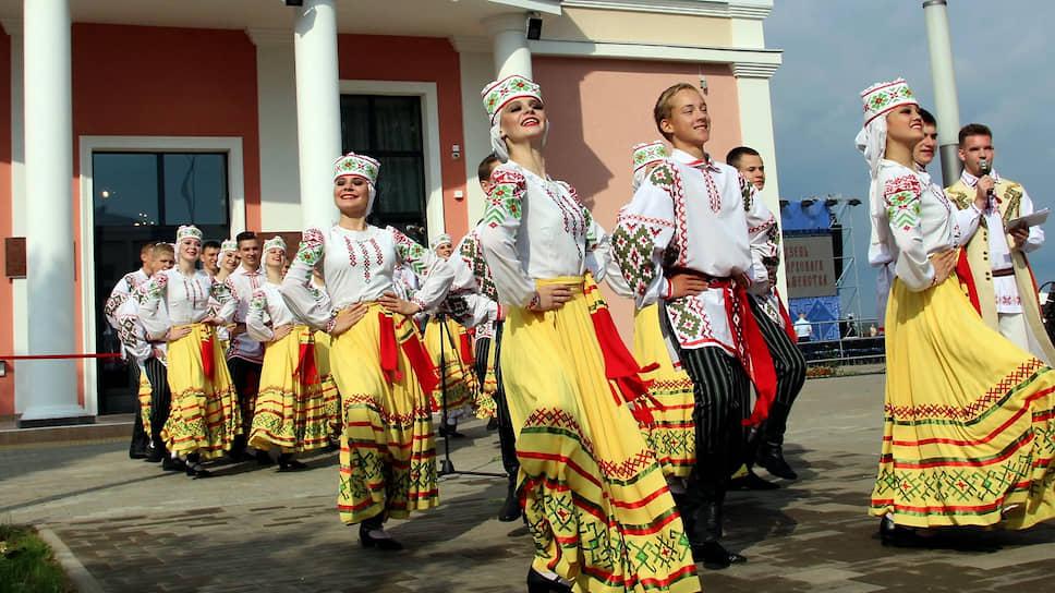 …а на этом — народные гулянья в городе Белыничи Могилевской области (это восток республики, граница с Россией), где в тот же день с размахом отмечали День белорусской письменности