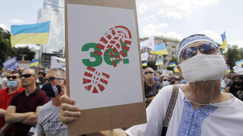 Времена широкой поддержки Зеленского уже в прошлом: недовольных в стране много, и по разным поводам. На этом летнем фото, например, сторонники бывшего президента Украины Порошенко активно выступают против нынешнего
