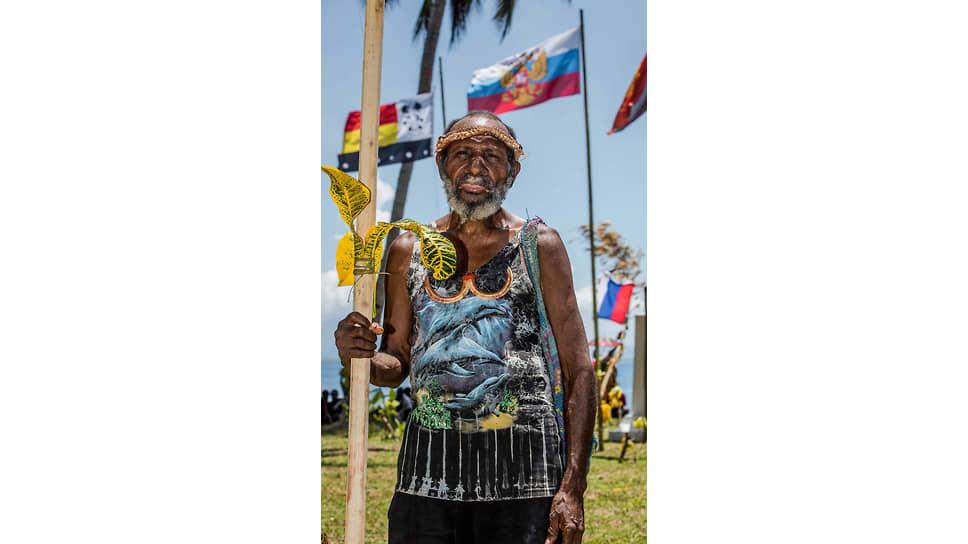 Старейшина папуасской деревни ради второго пришествия «Человека с Луны» надел все самое красивое