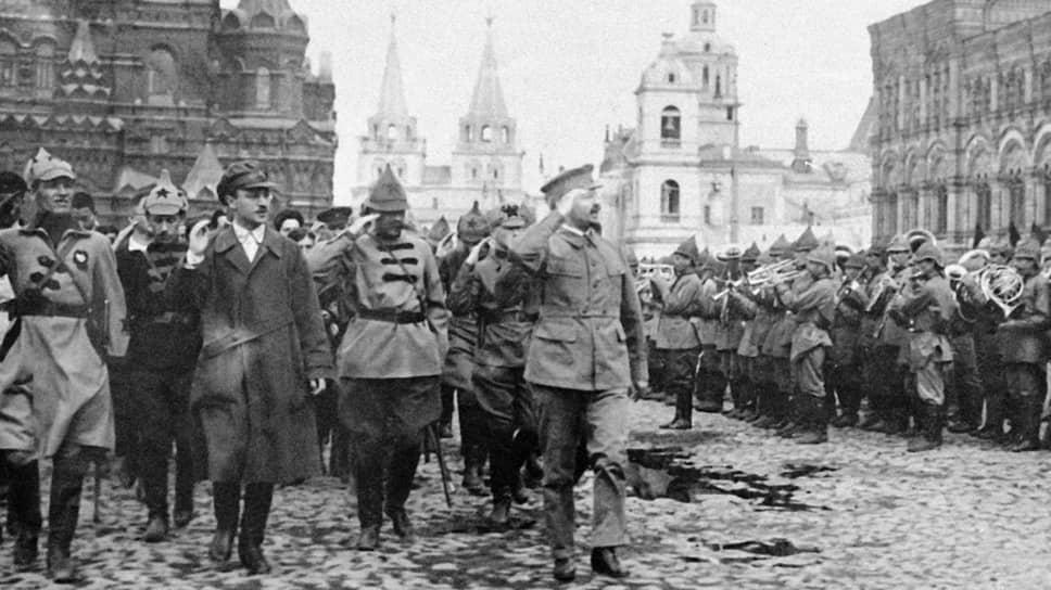 Для Льва Троцкого (он принимает парад на Красной площади в 1921 году) поддерживать «баланс отношений» между командирами и комиссарами в воинских частях было не просто