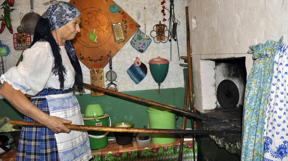Свою избу Нина Михайловна превратила в музей крестьянского быта: «Тут у меня мамин ткацкий станок, бабушкина утварь, дедушкин сундук. И мои игрушки»