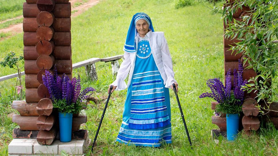 Бело-голубой наряд Нины Колчиной — единое целое с ее творениями