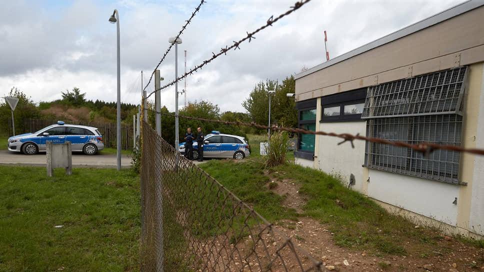 Полицейское оцепление во время штурма бывшего натовского бункера, где обосновалась нелегальная платформа даркнета