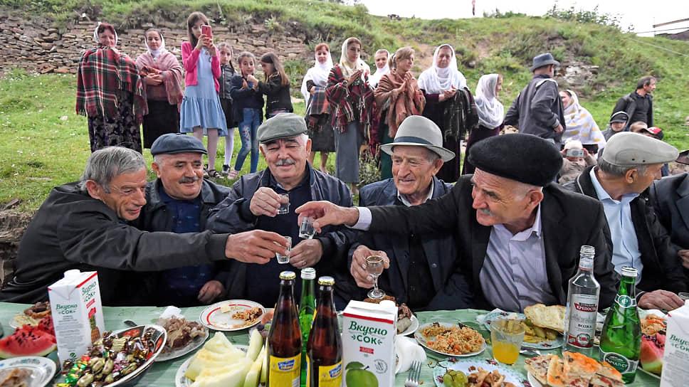 Большой праздник, свадьбу, в Кубачи отмечают широким застольем