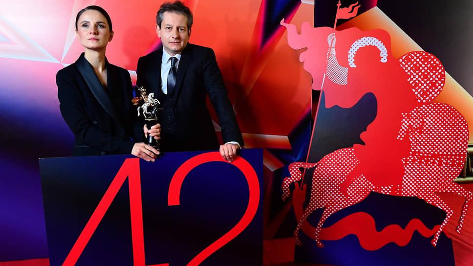 Режиссер Андрей Зайцев (справа) и исполнительница главной роли Ольга Озоллапиня во время церемонии вручения главного приза ММКФ