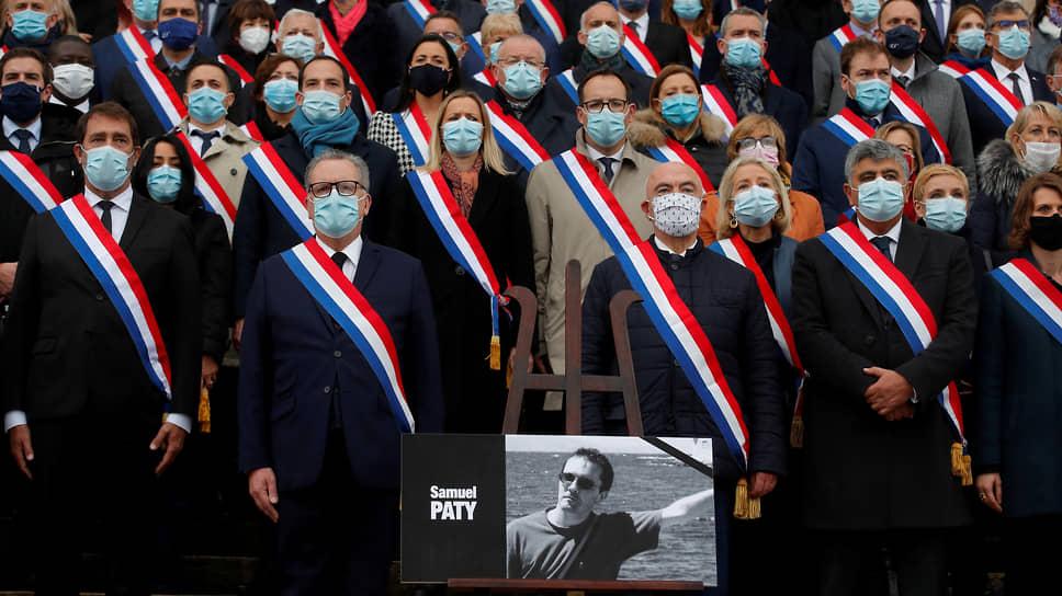 Убийство учителя истории всколыхнуло всю Францию. Депутаты Национальной ассамблеи почтили его память минутой молчания (портрет самого Самюэля Пати — внизу кадра)