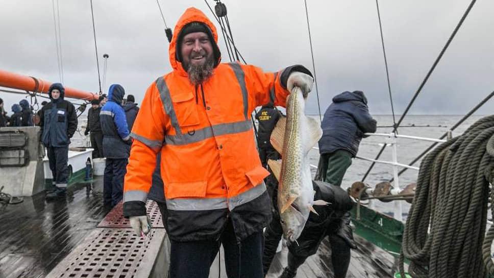 На Канинской банке (отмель в Баренцевом море) объявили день рыбака. Старший повар Александр Довгополый поймал огромную треску