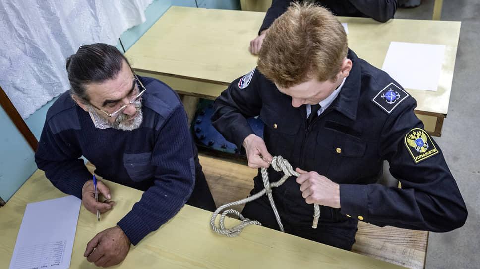Экзамен будущих судоводителей. Боцман Николай Лущеко проверяет умение вязать морские узлы