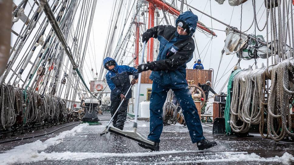 Уборка снега на палубе