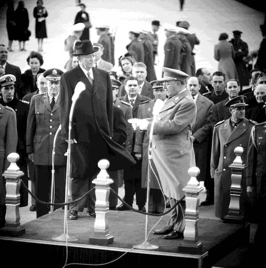 Декабрь 1959-го. Генералиссимус Франсиско Франко приветствует президента Дуайта Эйзенхауэра на базе ВВС США под Мадридом. Допросы вернувшихся на родину советских испанцев идут полным ходом