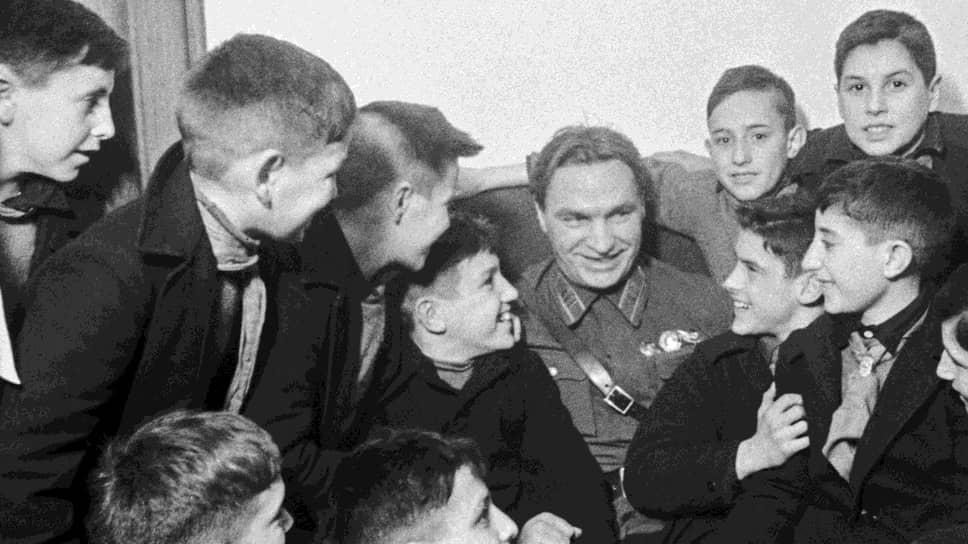 Герой Советского Союза, летчик-испытатель Валерий Чкалов на встрече с детьми испанскихреспубликанцев