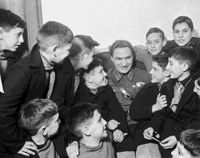 Герой Советского Союза, летчик-испытатель Валерий Чкалов на встрече с детьми испанских республиканцев